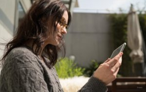 do computer glasses work - girl - phone